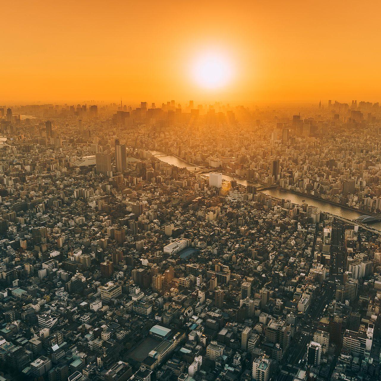 夕日が照らす工業地帯